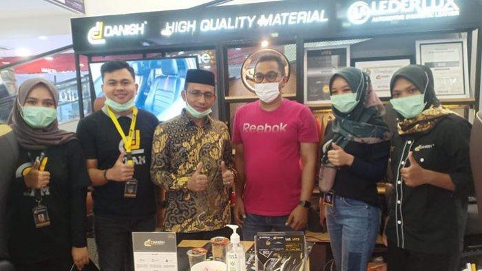 Anggota DPD RI asal Aceh, H Sudirman alias Haji Uma berbincang dengan CEO Danish Car Interior, Afi, di sela-sela pameran promo spesial akhir tahun di Suzuya Mall Banda Aceh, Selasa (15/12/2020).