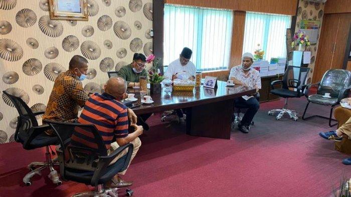 Ketum PSBL Langsa, Ir Said Mahdum, saat memimpin rapat Manajemen PSBL Langsa di ruang Kerja Sekdako setempat