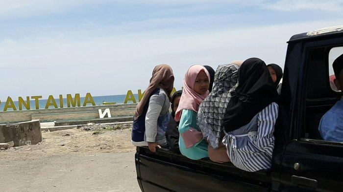 Sekelompok Enak-emak Masih Blokir Pantai Mantak Tari, Pengunjung Dihalau Pulang