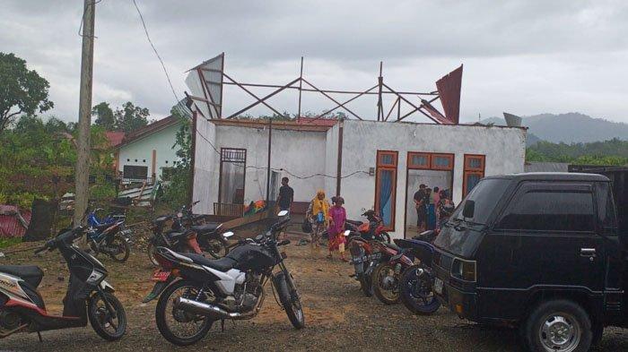 Puting Beliung Terjang Sungaimas, 25 Rumah Warga Rusak, Atap Copot, Pohon Bertumbangan