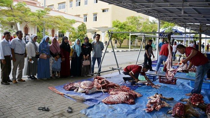 PLTU 1-2 Bagi Daging Kurban ke Warga Sekitar Perusahaan