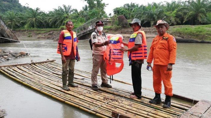 Jembatan Ambruk belum Dibangun, Warga Dua Kecamatan di Aceh Utara Kembali ke Era Rakit