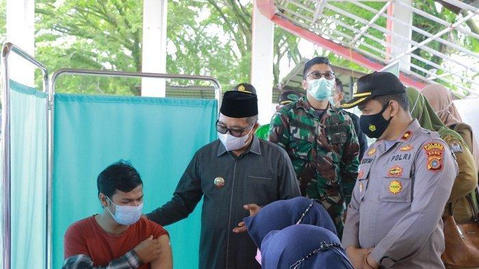 Bupati Ramli MS Tinjau Pelaksanaan Vaksinasi Massal di Meulaboh, Ajak Warga Jangan Percaya Isu Hoaks