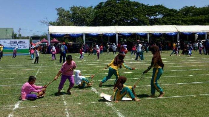 Ratusan Anak Ikut Lomba Permainan Tradisional Tarek Situek Hingga Engklek Serambi Indonesia