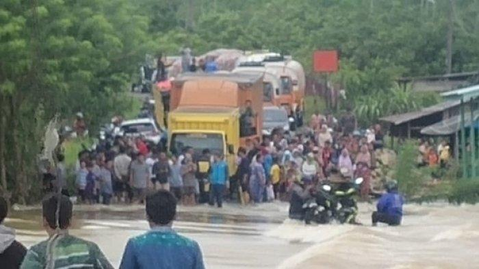 Jalan Subulussalam-Tapaktuan Terendam Banjir, Puluhan Kendaraan Terjebak