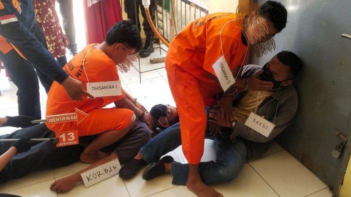 Polisi menggelar rekonstruksi atau reka ulang kasus cucu membunuh neneknya di Mapolres Aceh Tamiang, Senin (26/4/2021).