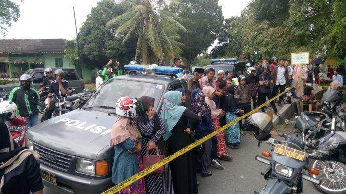 Warga Sesaki Lokasi Rekonstruksi Pembunuhan Guru Honorer di Kuta Alam, Banda Aceh