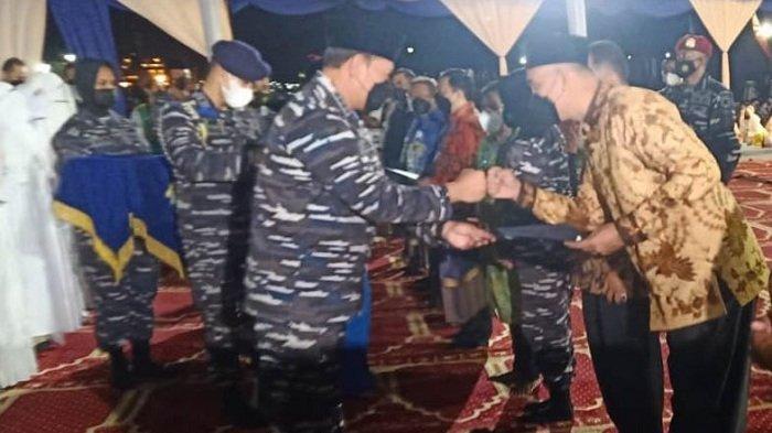 Serahkan Beasiswa untuk Keluarga Kru KRI Nanggala-402, Rektor Unimal Terima Penghargaan dari KSAL