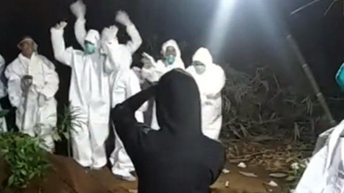 Tangkapan layar video viral relawan pemakaman jenazah Covid-19 berjoget-joget di pinggir liang lahat kuburan yang telah digali.