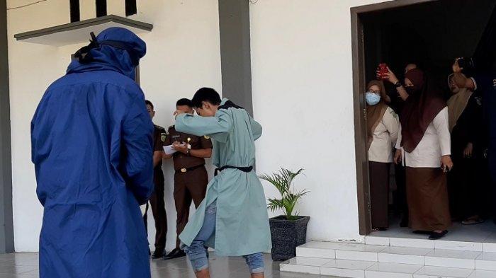 Remaja Dicambuk 200 Kali di Pidie, Satu Harus Dipapah Hingga Tunjuk Tangan