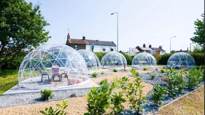 Hindari Covid-19, Restoran Ini Perkenalkan Konsep Makan dalam Bola Plastik Raksasa untuk Pelanggan