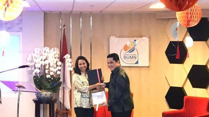 Air Mata Rini Soemarno Tumpah Saat Serah Terima Jabatan Kepada Menteri BUMN Erick Thohir