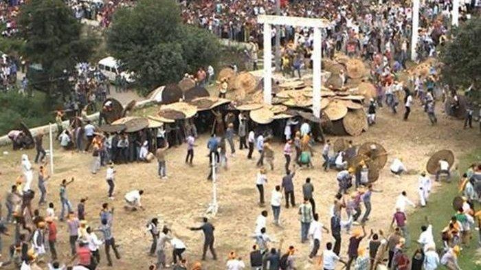 Ada-ada Saja! Ratusan Orang Korbankan Diri dengan Dilempari Batu Demi Ritual Persembah kepada Setan
