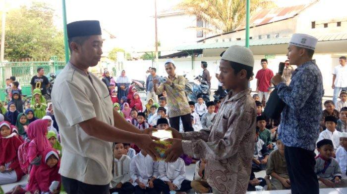 Fardiansyah HB SH selaku pembina unsur BKM Darul Makmur menyerahkan hadiah kepada peserta.