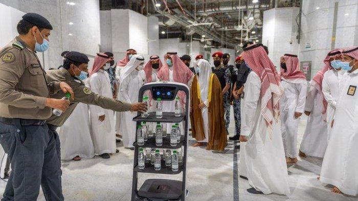 Arab Saudi Operasikan Robot Air Zamzam, Diprogramkan untuk Melepaskan Dahaga Jamaah