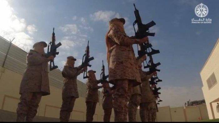 Rombongan pertama tentara perempuan Arab Saudi lulus dari Pusat Pelatihan Kader Perempuan Angkatan Bersenjata Rabu, (01/09/2021) (Sumber: Saudi Press Agency)