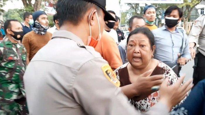 Rumahnya Kena Gas Air Mata, Nenek-nenek Ini Ngamuk: Aku Tuntut Kalian, Polisi!