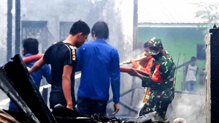 Satu unit rumah semi permanen di Desa Biakmuli, Kecamatan Bambel, Aceh Tenggara, terbakar, Sabtu (29/5/2021) pukul 16.00 WIB sore, kejadian disaat pemilik Saodah (45) sedang tidak berada di rumah. Terlihat warga, Damkar dan TNI padamkan api
