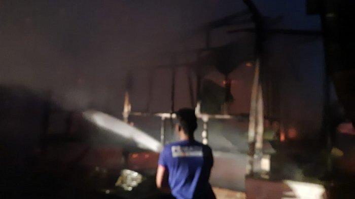Memilukan! Buka Puasa Bersama di Tempat Saudara, Rumah Keluarga Ini Hangus Dilalap Api
