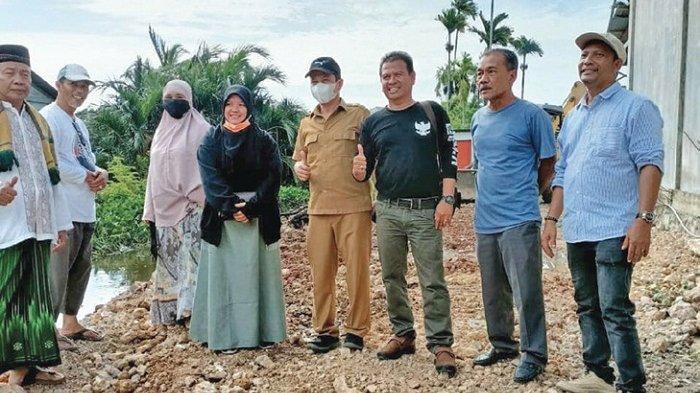 Anggota DPRK Aceh Besar Eka Rizkina Tinjau Pengerukan Saluran Parit Gampong Ajuen - Lampasi Eunking