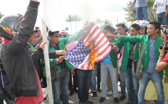 Demo Exxon, Mahasiswa Bakar Bendera Amerika