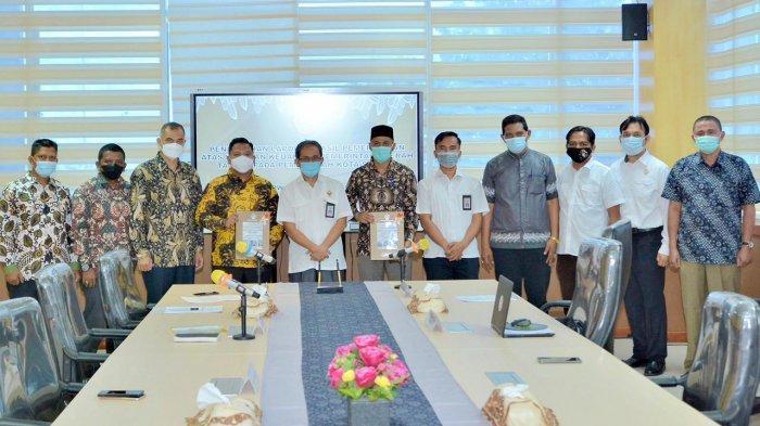 Wali Kota Sabang, Nazaruddin S.I.Kom menerima Laporan Hasil Pemeriksaan (LHP) dari Ketua BPK Perwakilan Aceh, Arif Agus SE, MM setelah Pemerintah Kota Sabang meraih Opini Wajar Tanpa Pengecualian (WTP) yang ke-9 kalinya secara berturut-turut, bertempat di Gedung BPK Perwakilan Aceh, Rabu (28/4/2021).