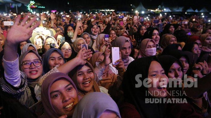 FOTO-FOTO : Kelap-Kelip Flash HP Penonton, Meriahkan Penampilan Nissa Sabyan di Banda Aceh - sabiyan-9.jpg