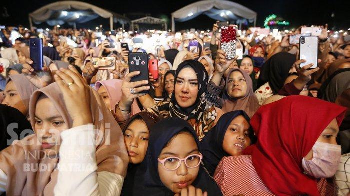 FOTO-FOTO : Kelap-Kelip Flash HP Penonton, Meriahkan Penampilan Nissa Sabyan di Banda Aceh - sabiyan-_7.jpg