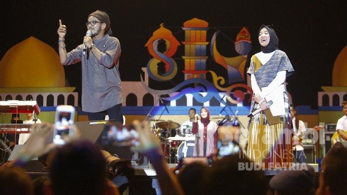 FOTO-FOTO : Kelap-Kelip Flash HP Penonton, Meriahkan Penampilan Nissa Sabyan di Banda Aceh - sabiyan8.jpg
