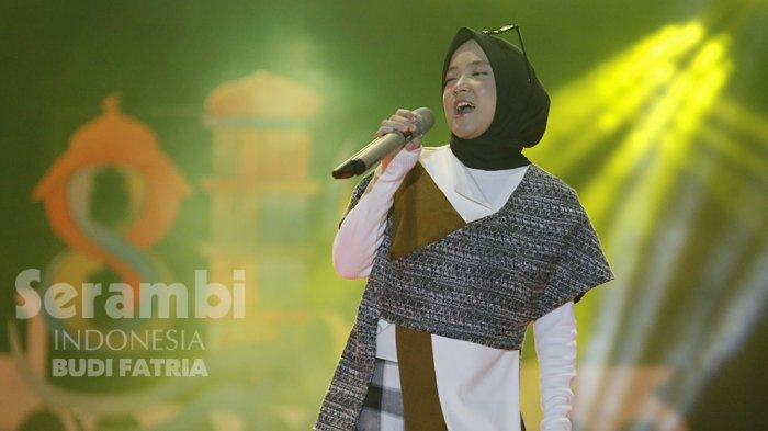 FOTO-FOTO : Kelap-Kelip Flash HP Penonton, Meriahkan Penampilan Nissa Sabyan di Banda Aceh - sabiyan_2.jpg
