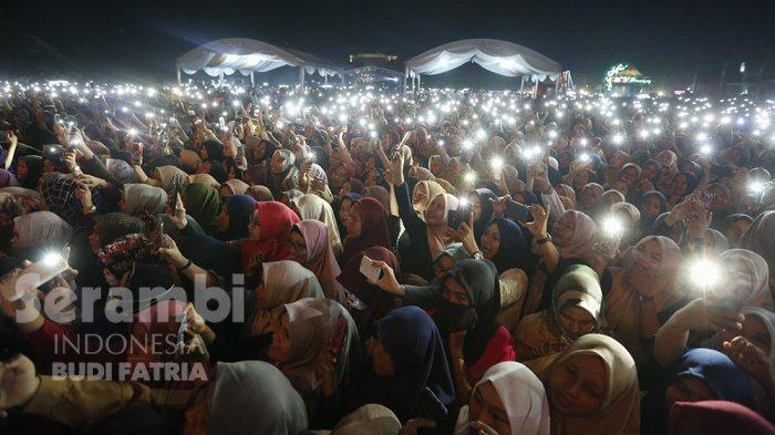 FOTO-FOTO : Kelap-Kelip Flash HP Penonton, Meriahkan Penampilan Nissa Sabyan di Banda Aceh - sabiyan_3.jpg