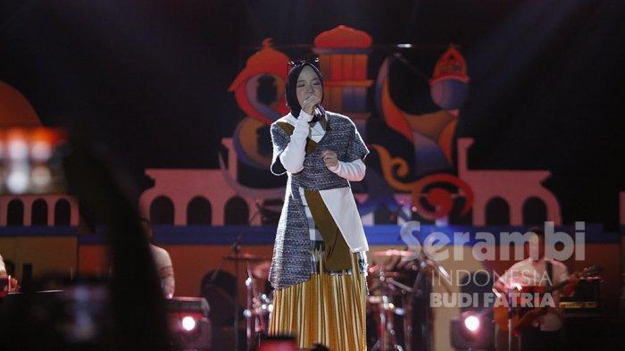 FOTO-FOTO : Kelap-Kelip Flash HP Penonton, Meriahkan Penampilan Nissa Sabyan di Banda Aceh - sabiyan_4.jpg