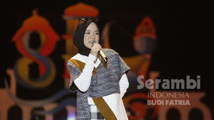 FOTO-FOTO : Kelap-Kelip Flash HP Penonton, Meriahkan Penampilan Nissa Sabyan di Banda Aceh - sabiyan_6.jpg