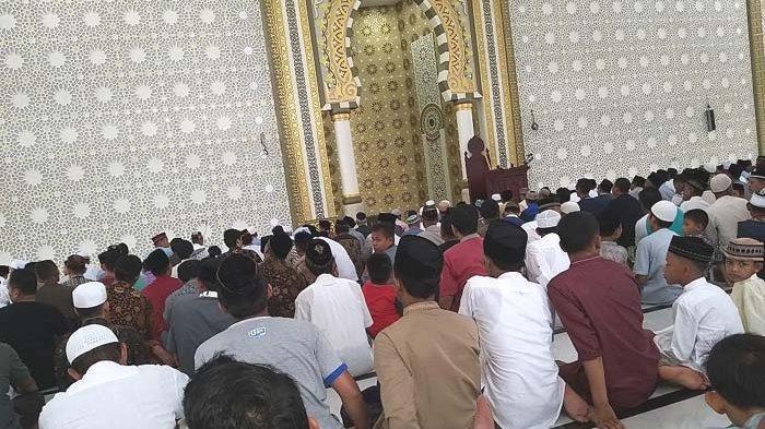 Saf Shalat Jumat Masih Rapat, Masjid Agung Belum Terapkan Physical Distancing