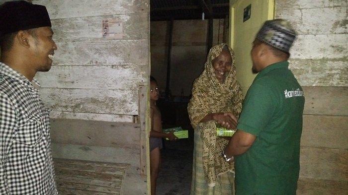 KPB Bagikan Nasi Sahur untuk Lansia dan Duafa