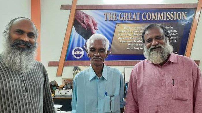 Sajid Thungal (tengah), pria yang masih hidup padahal dianggap mati setelah 47 tahun lalu kecelakaan pesawat.