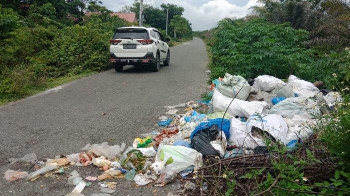 Sampah Dibuang di Badan Jalan, Aroma Busuk Ganggu Pengguna Jalan di Aceh Barat