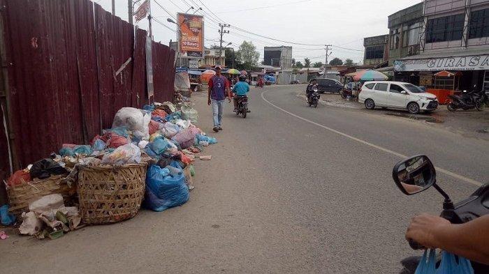 Sudah Sepekan Sampah Berserakan di Keude Geudong, Pedagang Sampaikan Hal Ini