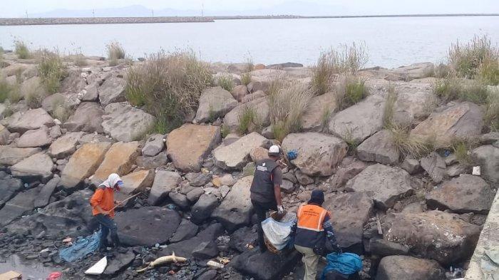 Sampah Plastik Sempat Menumpuk, Petugas DLHK3 Bersihkan PPS Lampulo