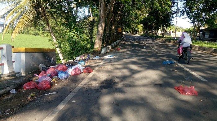 Sampah Berserakan di Pinggir Jalan Bandara Sultan Iskandar Muda