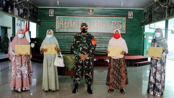 Dandim 0101/Aceh Besar Serahkan Dana Santunan Watzah Kepada Ahli Waris, Beri Pengarahan Begini