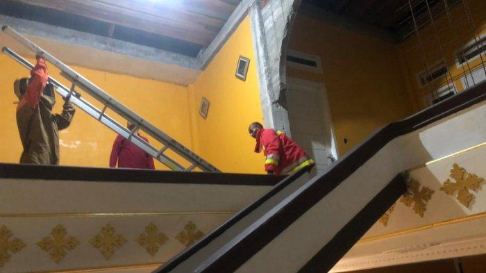 Tim Rescue Damkar Kota Banda Aceh Musnahkan Sarang Tawon dari Atap Rumah Warga Lambhuk