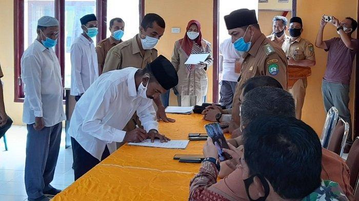 Camat Setia Lantik Lima Pj Keuchik, Sarayulis Syam Gantikan Barmawi Akfa
