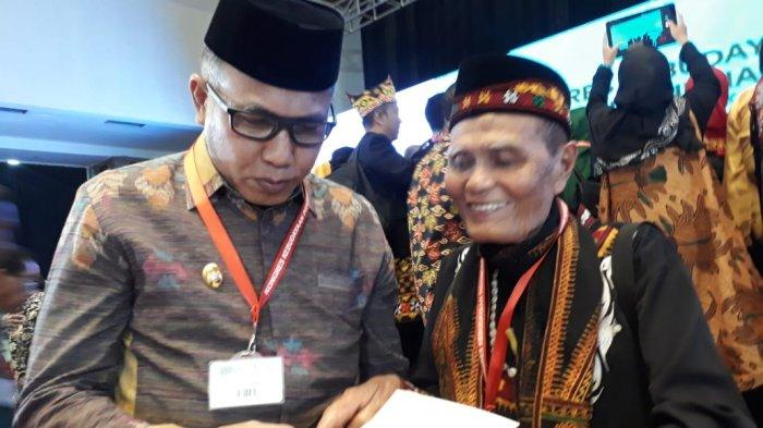 Penyair LK Ara Serahkan Buku Puisi 'Ucap Gemercik Air' kepada Plt Gubernur Aceh di Acara KKI