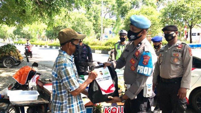 Satgas Yustisi Bagikan 15Paket Sembako untuk Warga di Lampineung, Banda Aceh
