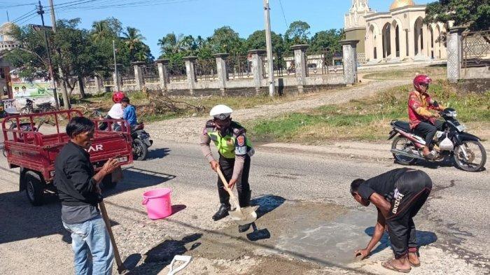 Rawan Kecelakaan, Satlantas Tambal Jalan Berlubang Cot Mane-Guhang