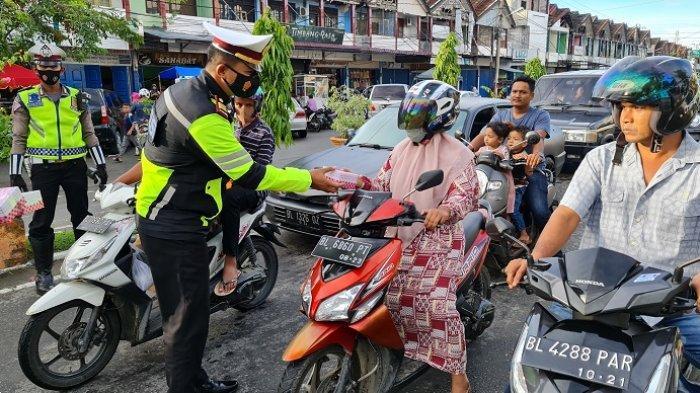 Satlantas Polres Pidie Bagikan 400 Paket Takjil Berbuka bagi Pengendara Roda Dua