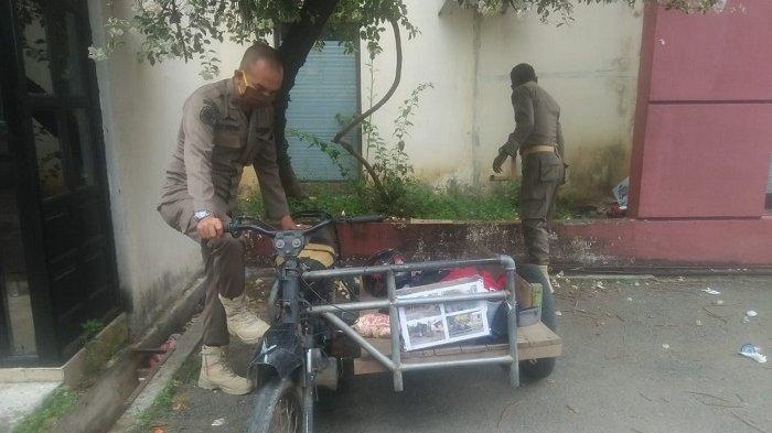 Satpol PP dan WH Kota Banda Aceh Temukan Alat Isap Sabu di Becak Motor Pembawa Pengemis