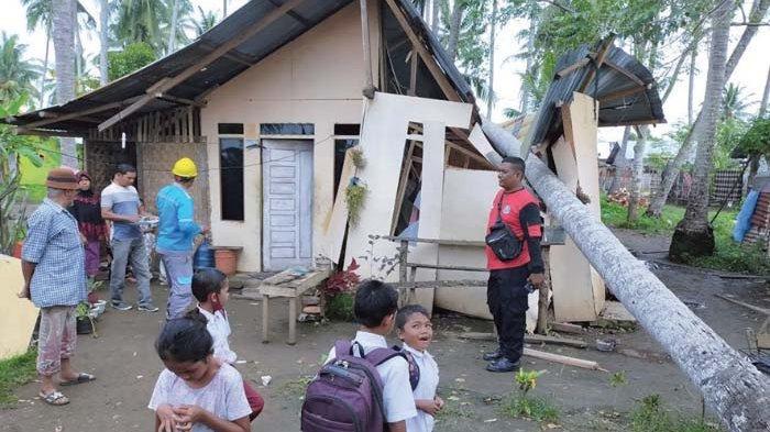 Rumah Tukang Bangunan Rusak Tertimpa Pohon, Gemetar Ilyas Lari Sambil Membawa Anak