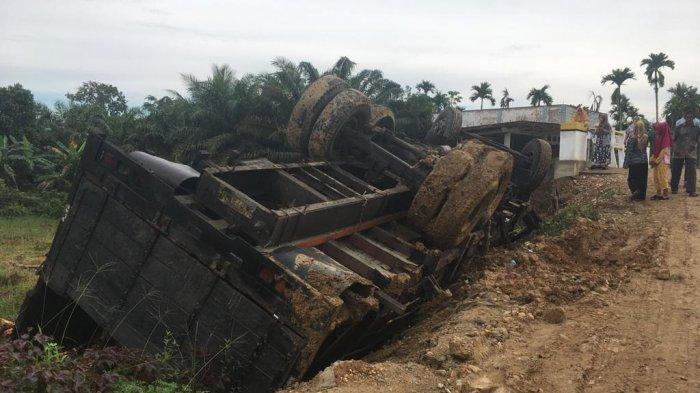 Fuso Terguling di Jembatan Tanpa Talud, Ini Kritikan Dewan Aceh Utara